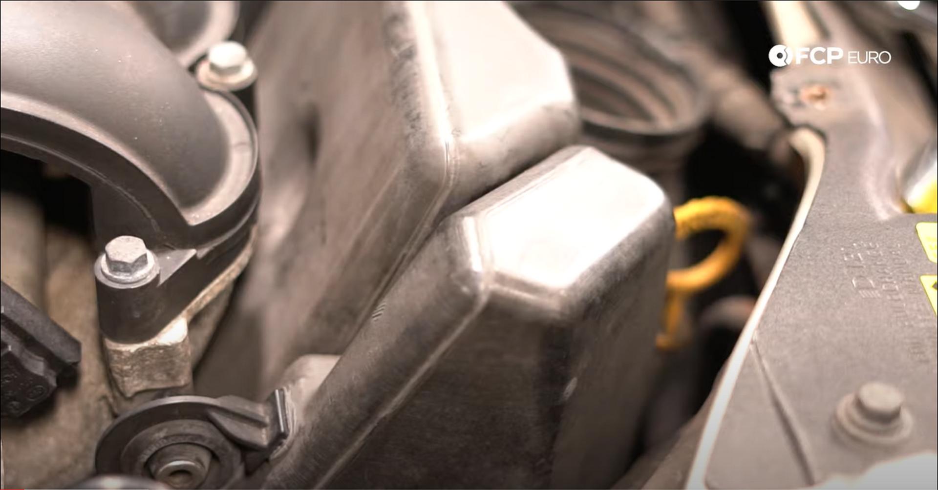 02_DIY_Volvo_Oil_Change-Airbox-Bolt