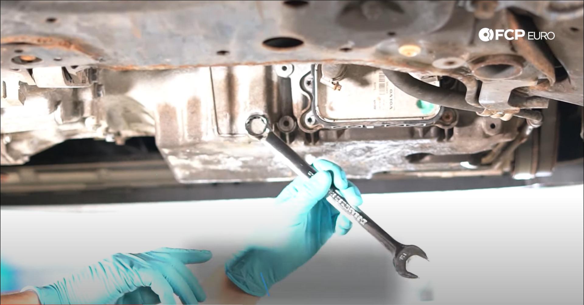 04_DIY_Volvo_Oil_Change-Loosening-Drain-Plug