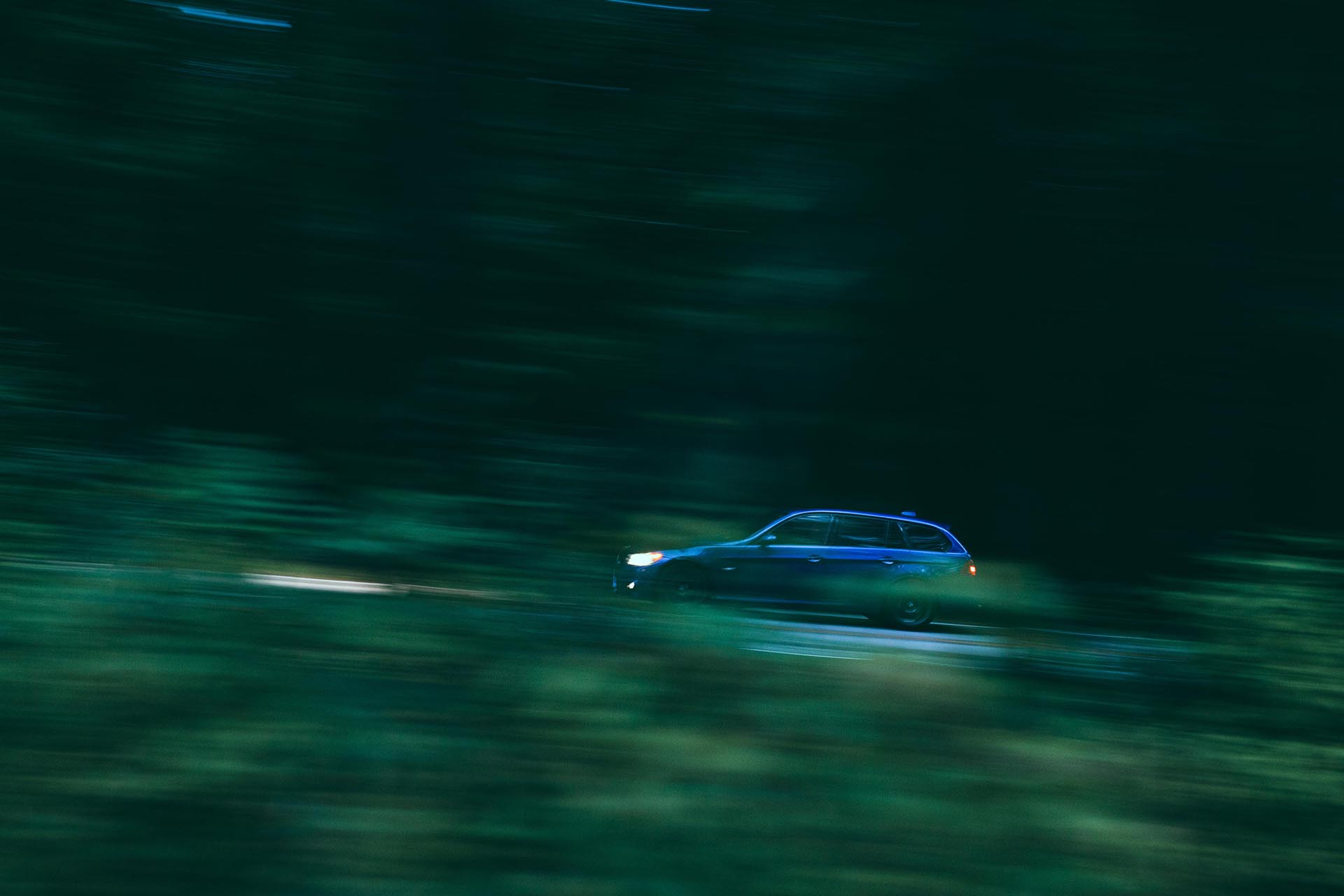 03_BMW E91 335d panning shot at night