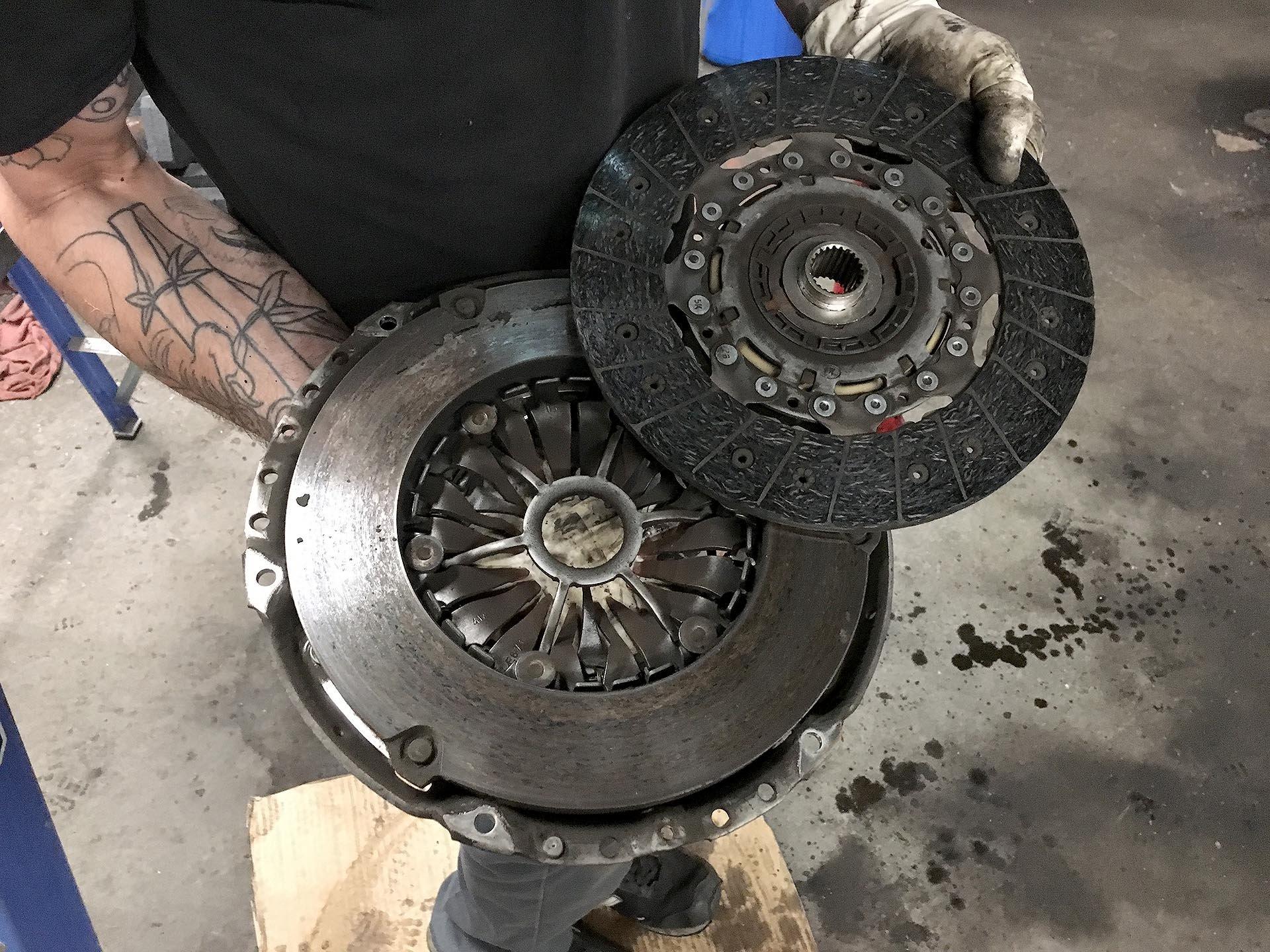 11_Worn Mk5 GTI clutch disc and pressure plate