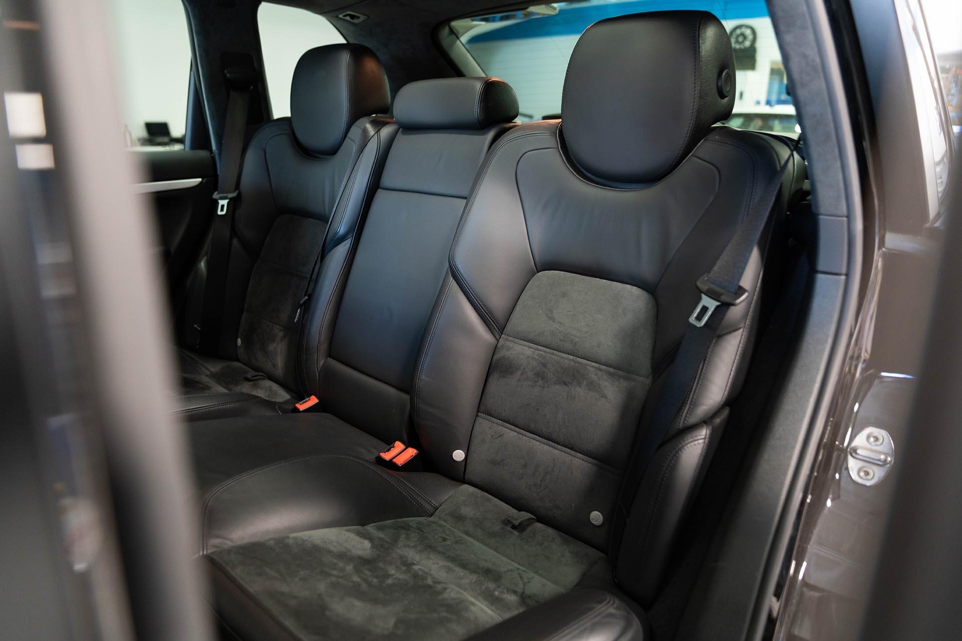 02_Porsche Cayenne 957 GTS rear seats black on black