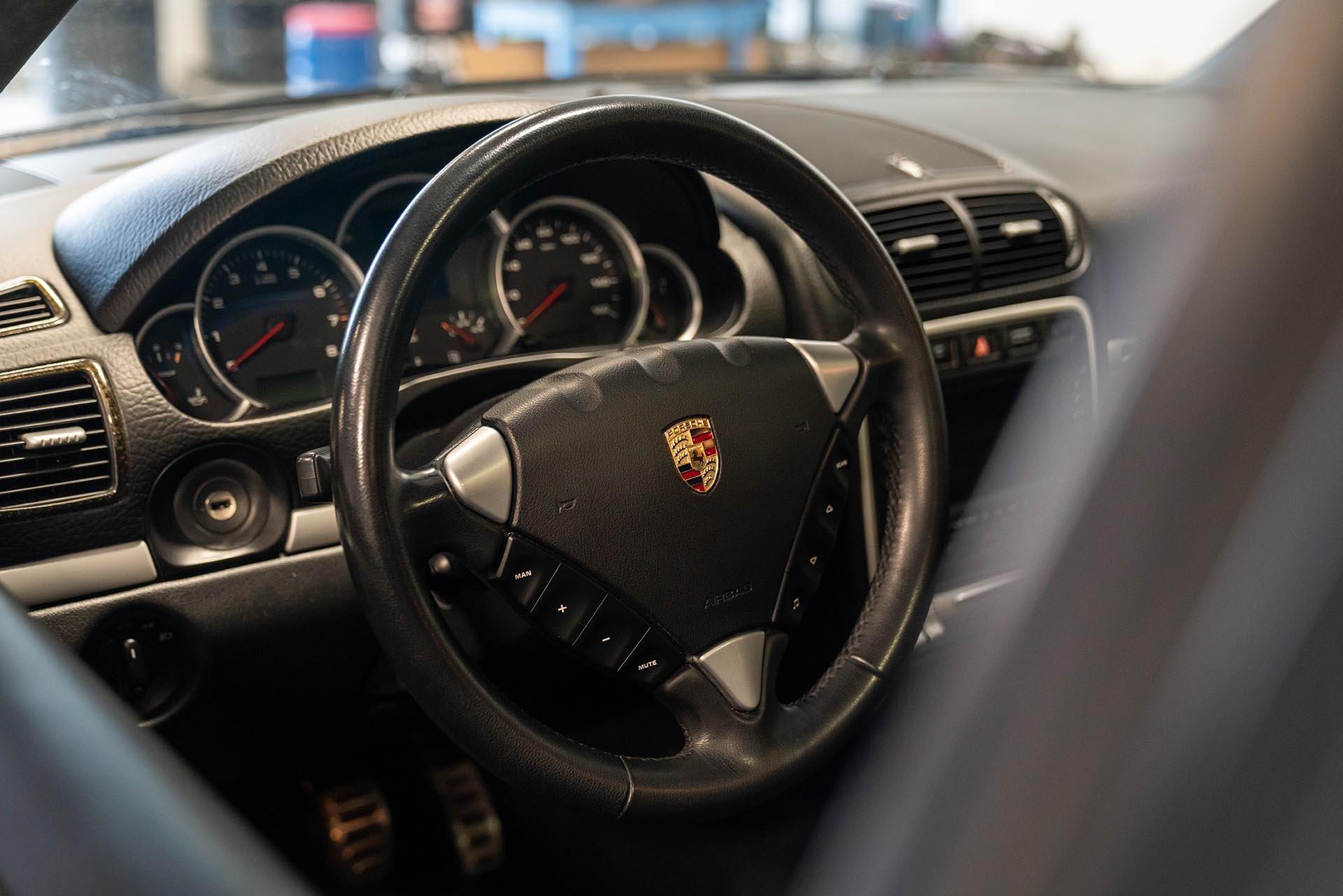 03_Porsche Cayenne 957 GTS steering wheel black on black