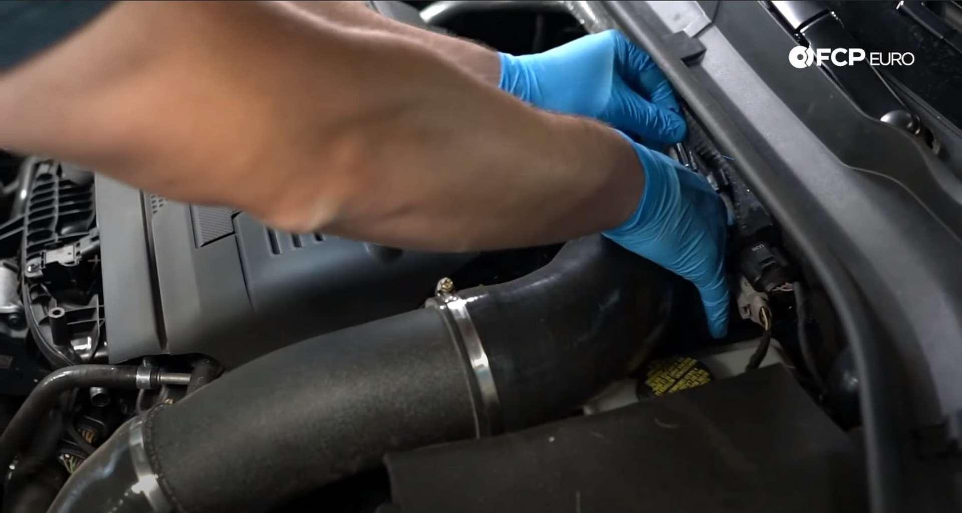 02-DIY_VW_GTI_Clutch-Job-Removing-Intake