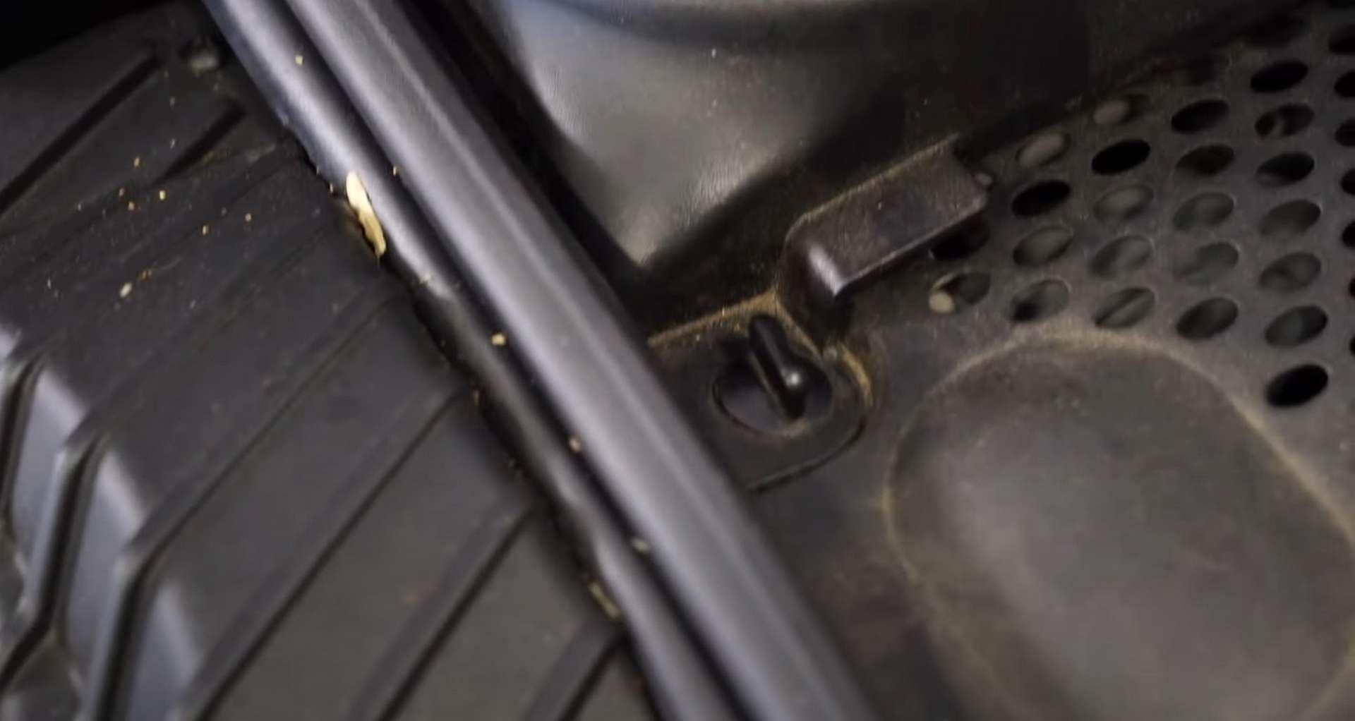 03-DIY-Porsche-996-Cabin-Filter_Accesssing-Filter