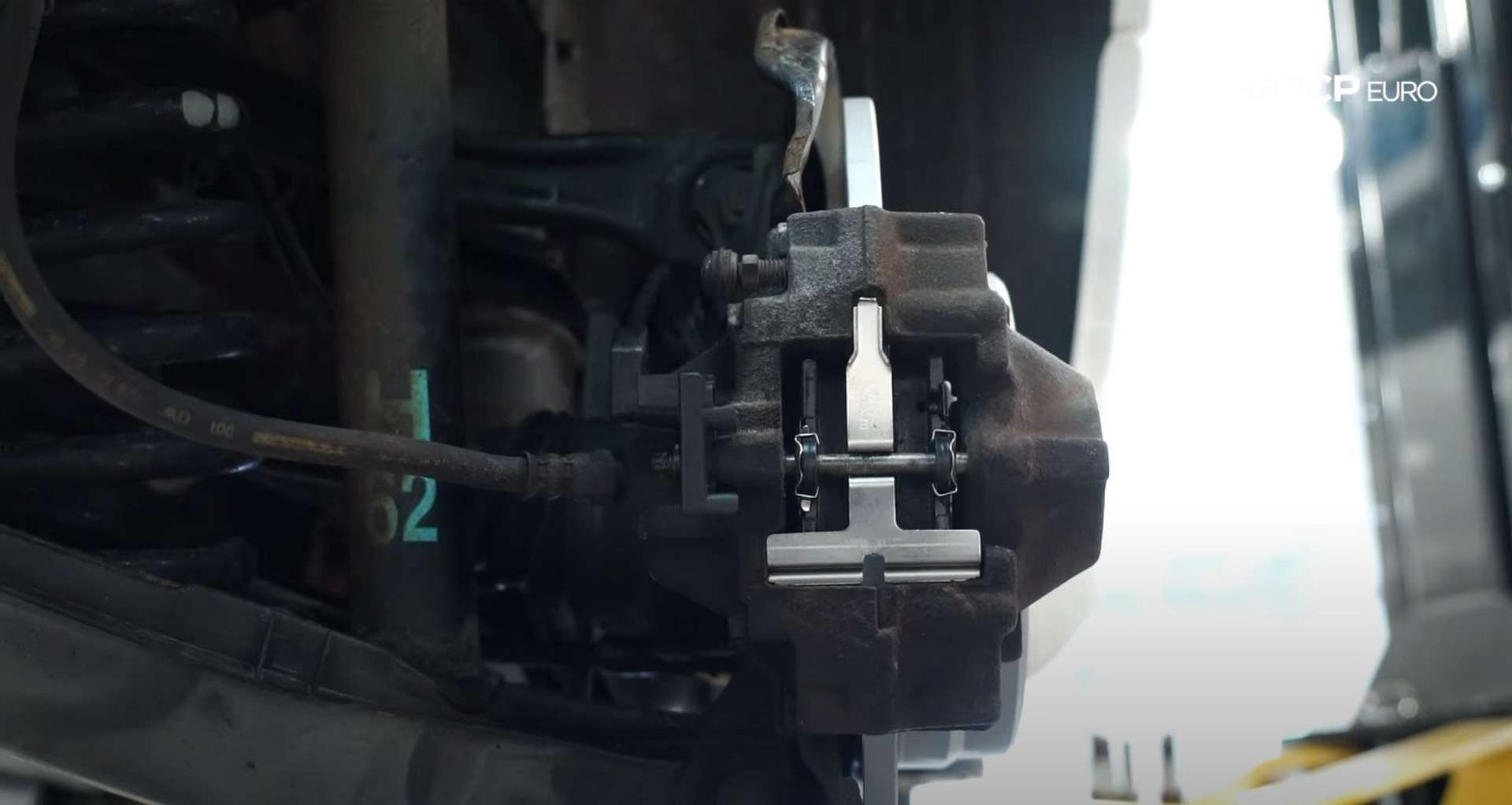 10-DIY-Mercedes-W203-Rear-Brake-Service_Refitting-Caliper