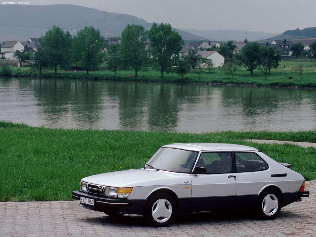 Affordable Vintage Models Saab 900 Turbo v front 3-quarter
