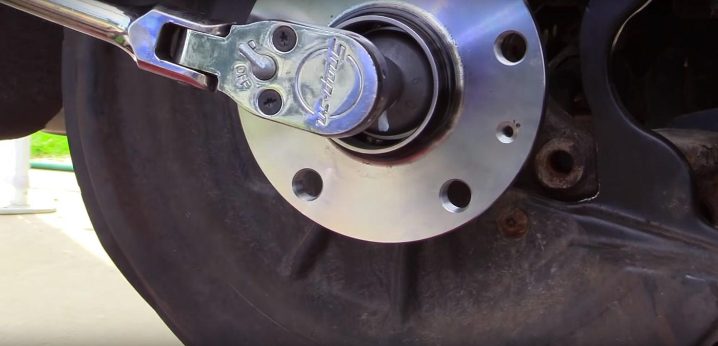 Rear Wheel Hub Tighten 2