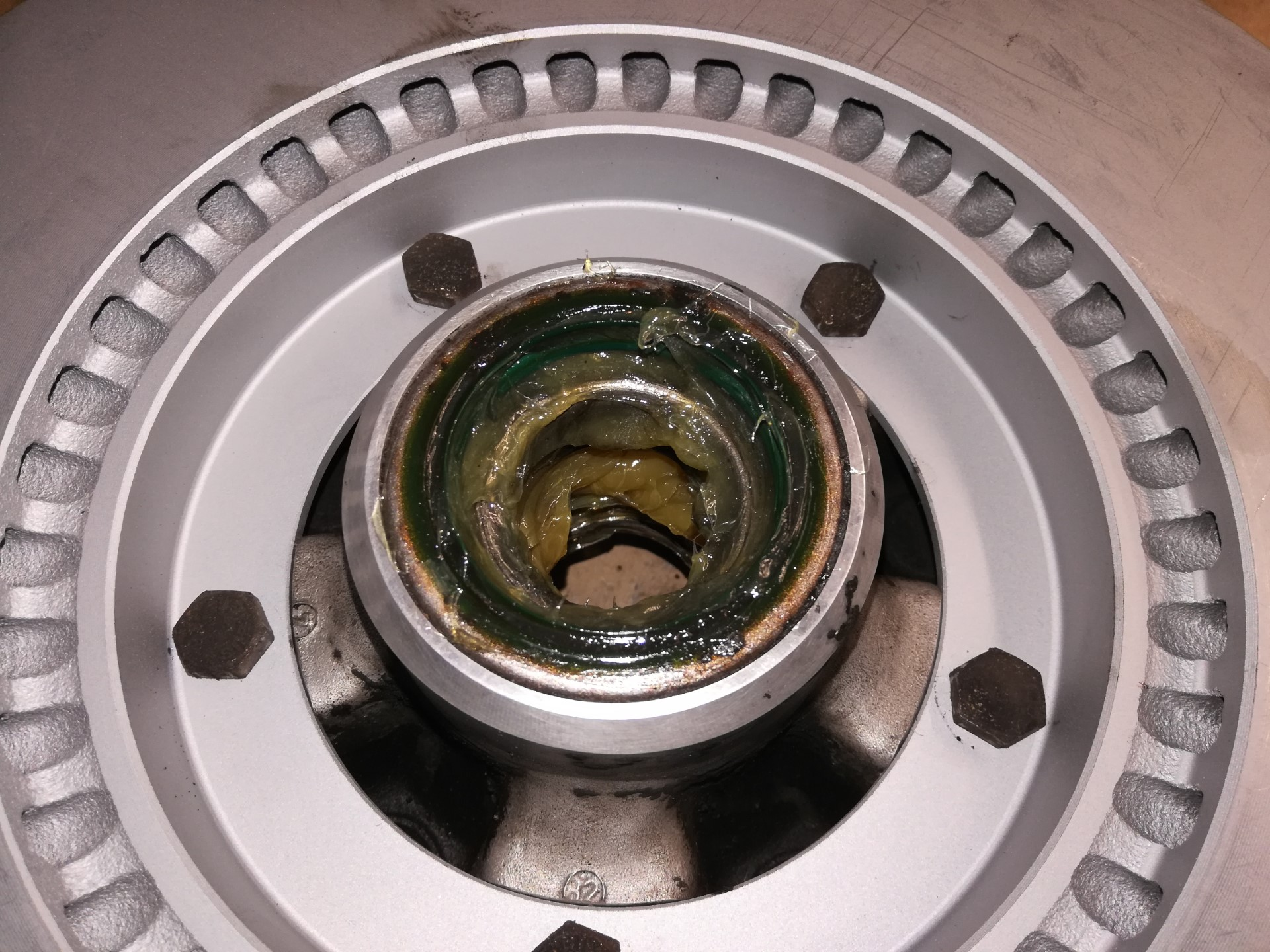 Air-cooled Porsche 911 front wheel hub assembly