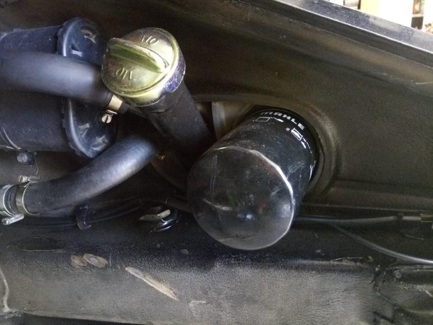 Air-cooled Porsche 911 oil tank filler and filter